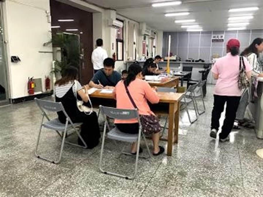 2至4歲育兒津貼開放申請第二天,竹北市公所3樓出現申請人潮。(莊旻靜攝)