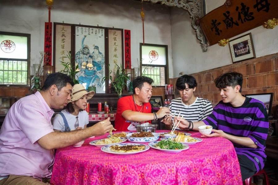 NONO(左起)、梁凱莉、庹宗康、風田與Teddy大啖客家辦桌美食。(衛視中文台提供)