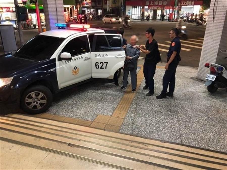 台中市一名老翁(左)因血糖低差點昏倒在地,警察局第六分局西屯派出所員警即時發現,伸出援手照護。(盧金足翻攝)