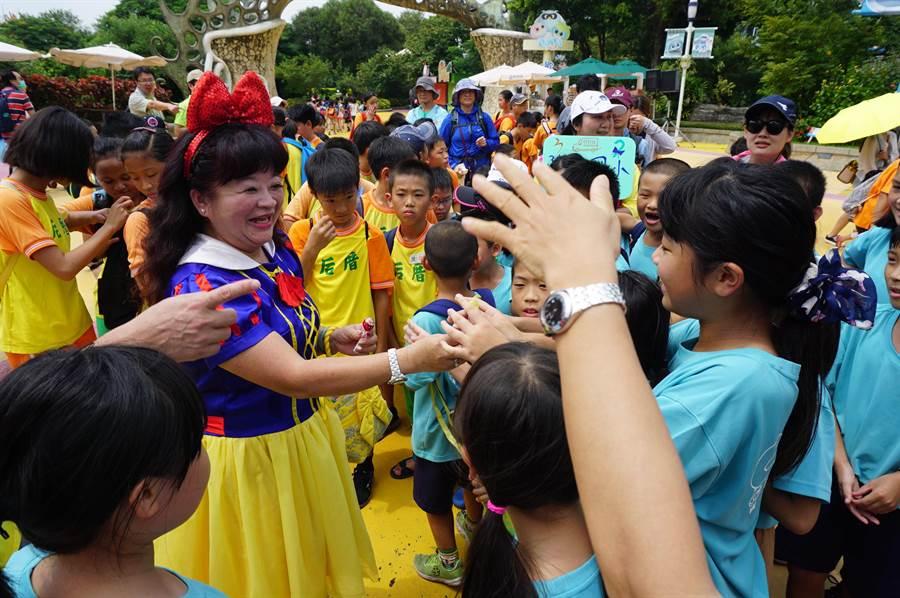 「愛心白雪公主」謝慧謹一身亮麗洋裝現身麗寶樂園,帶給無數偏鄉學童滿滿歡樂。(王文吉攝)