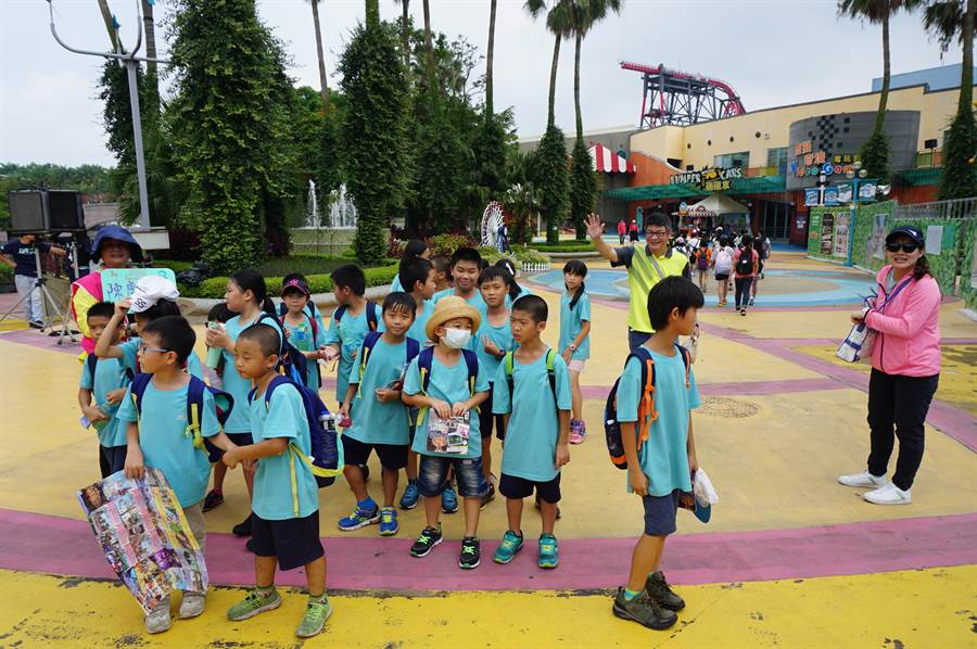 桃園市陳康國小獲圓夢愛心關懷協會招待,40餘位學童快樂出遊麗寶樂園,完成「暑假遊記趣」。(王文吉攝)