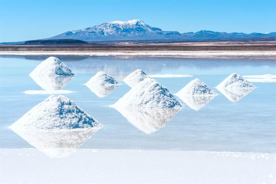 位於玻利維亞西南部的烏尤尼鹽湖(Uyuni)每年雨季時都會因為地面積水而出現所謂的「天空之鏡」。(圖/達志影像)