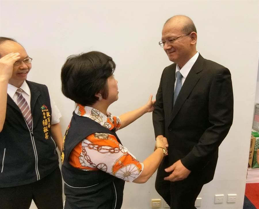 台中市副市長楊瓊瓔(左)2日在程序委員會後,特別向議長張清照致意,為台中市建設及重大活動盛會的協助表達感謝。(盧金足攝)