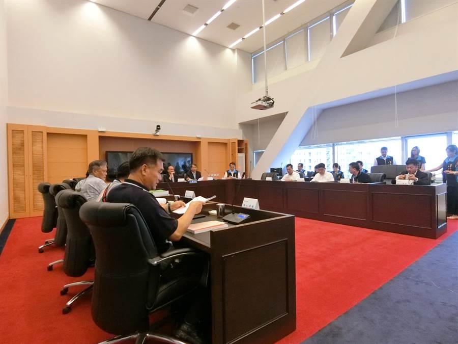 市議員針對開會專案報告天數及議題爭論不休,張清照明快決議藍綠議員闢室協商。(盧金足攝)