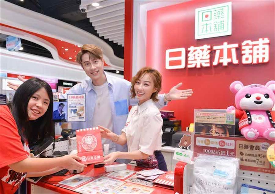 刘书宏今天和夏语心担任一日店长。