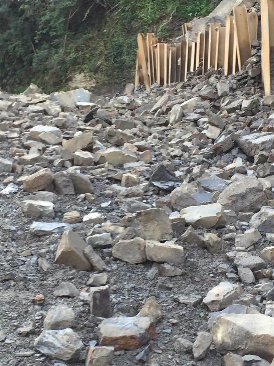 苗栗縣南庄鄉鹿湖農路因大雨沖刷再度崩塌,該路段暫時封閉、禁止通行。(巫靜婷翻攝)