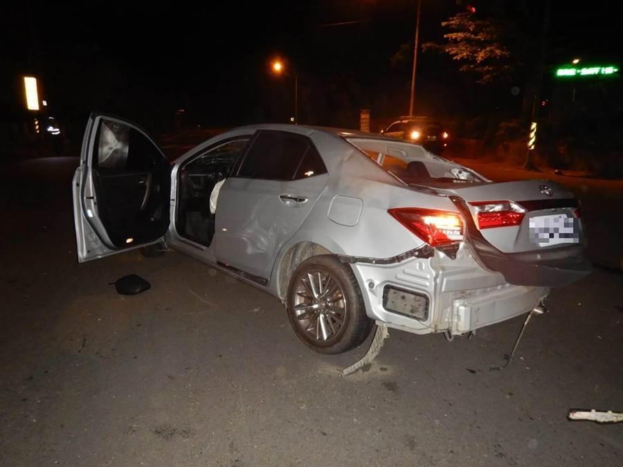 驾驶李姓男子搭载4名友人夜游,5人从新社区返程行经大坑山区,突然失控冲撞路边变电箱,车身严重凹陷毁损。
