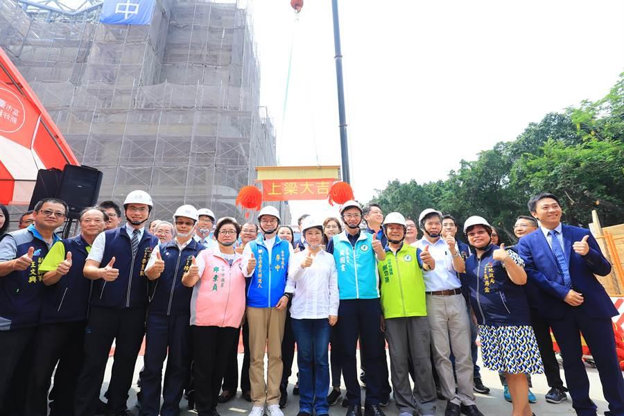 長春國民運動中心2日舉行上樑典禮,地方民代與里長共襄盛舉。(馮惠宜攝)