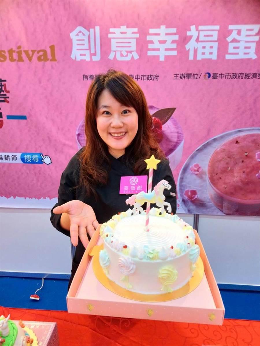 (薔薇派二代黃奕宣在「創意幸福蛋糕」競賽項目,推出旋轉木馬造型的創意蛋糕、超級吸睛。圖/曾麗芳)