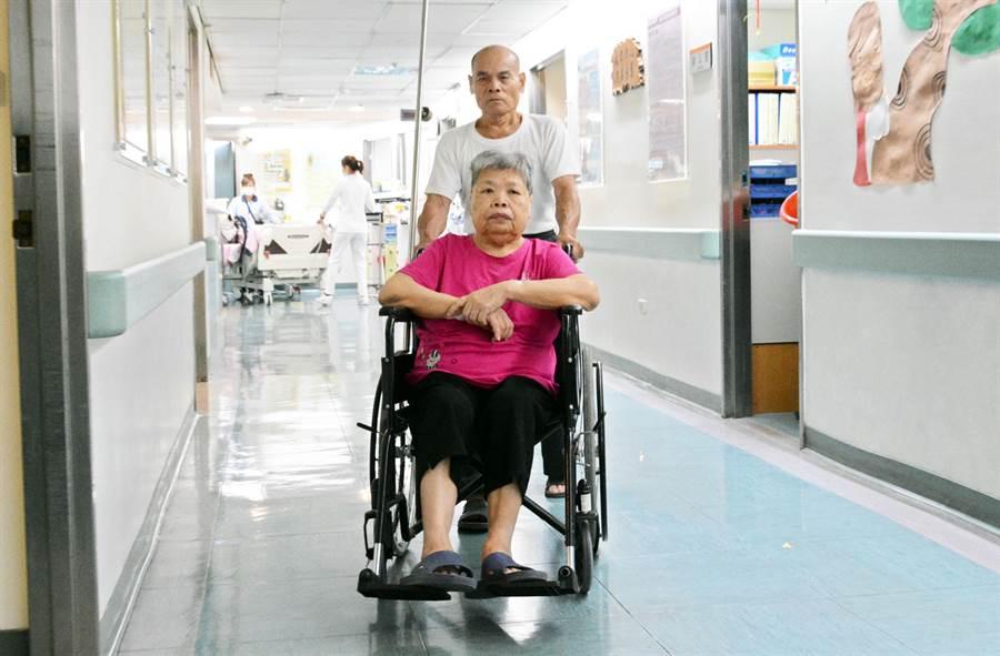 婦人受惠屏縣救護車上12導程心電圖系統,成為全縣首件透過到院前傳輸心電圖,成功打通血管的案例。(林和生攝)