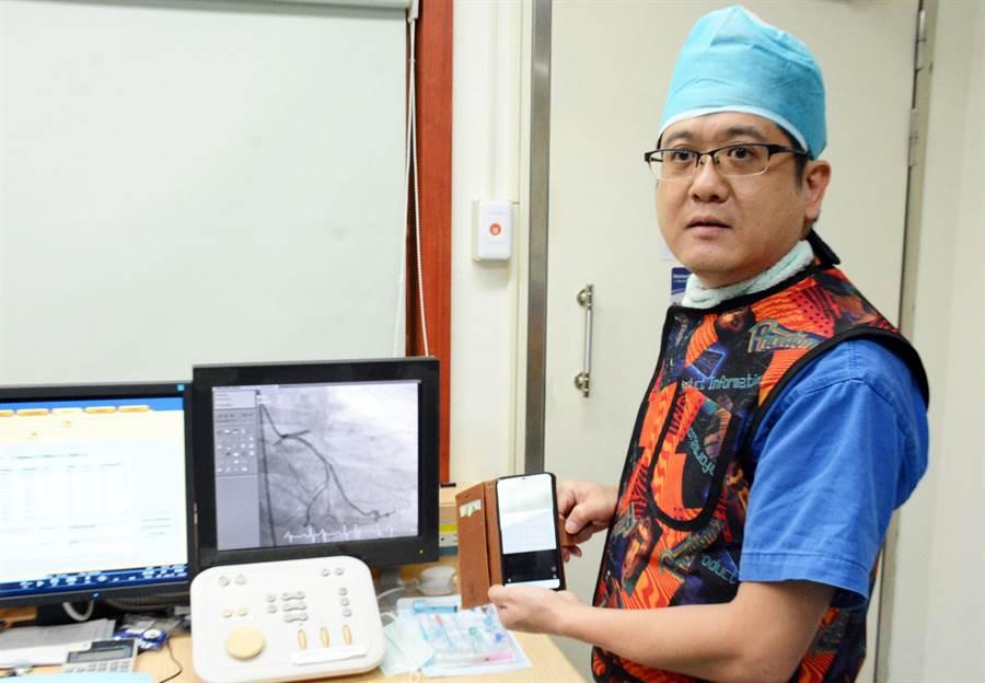屏縣心臟科醫師多加入「護心守衛即時通報群組」,即時掌握送院前患者情況。(林和生攝)