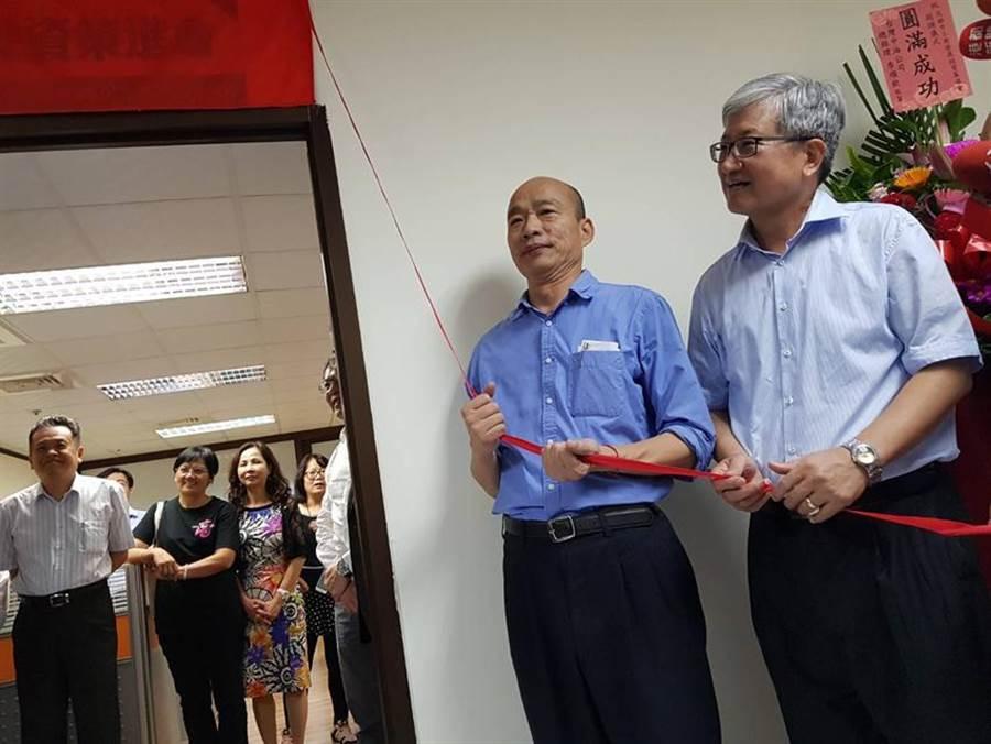 (高雄市長韓國瑜(左)2日主持高雄市工商發展投資策進會揭牌儀式。圖/顏瑞田)
