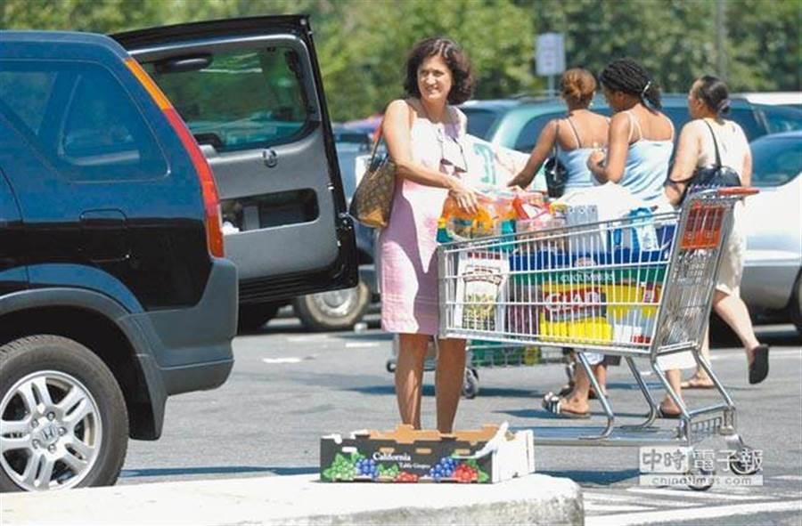 陸美貿易戰衝擊下,美國零售業受到嚴重衝擊,轉嫁的成本恐怕會讓美國消費者成為犧牲對象。(圖/新華社資料照)