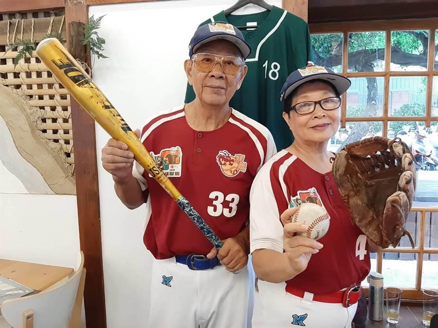 73歲的詹德聰(圖左)和71歲的施淑媛(圖右),是不老棒球夫妻,打棒球打出好感情,跟民眾分享夫妻相處之道。(張妍溱攝)