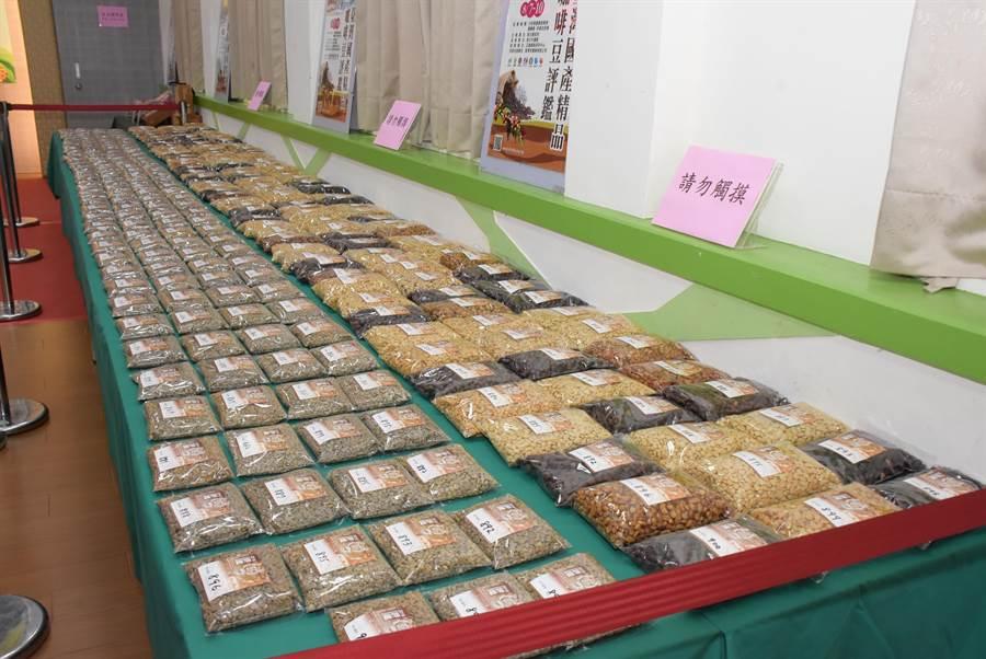 八卦山咖啡飄香,臺灣國產精品咖啡豆評鑑首度移師到彰化縣,吸引全國155件精品參賽。(吳敏菁攝)