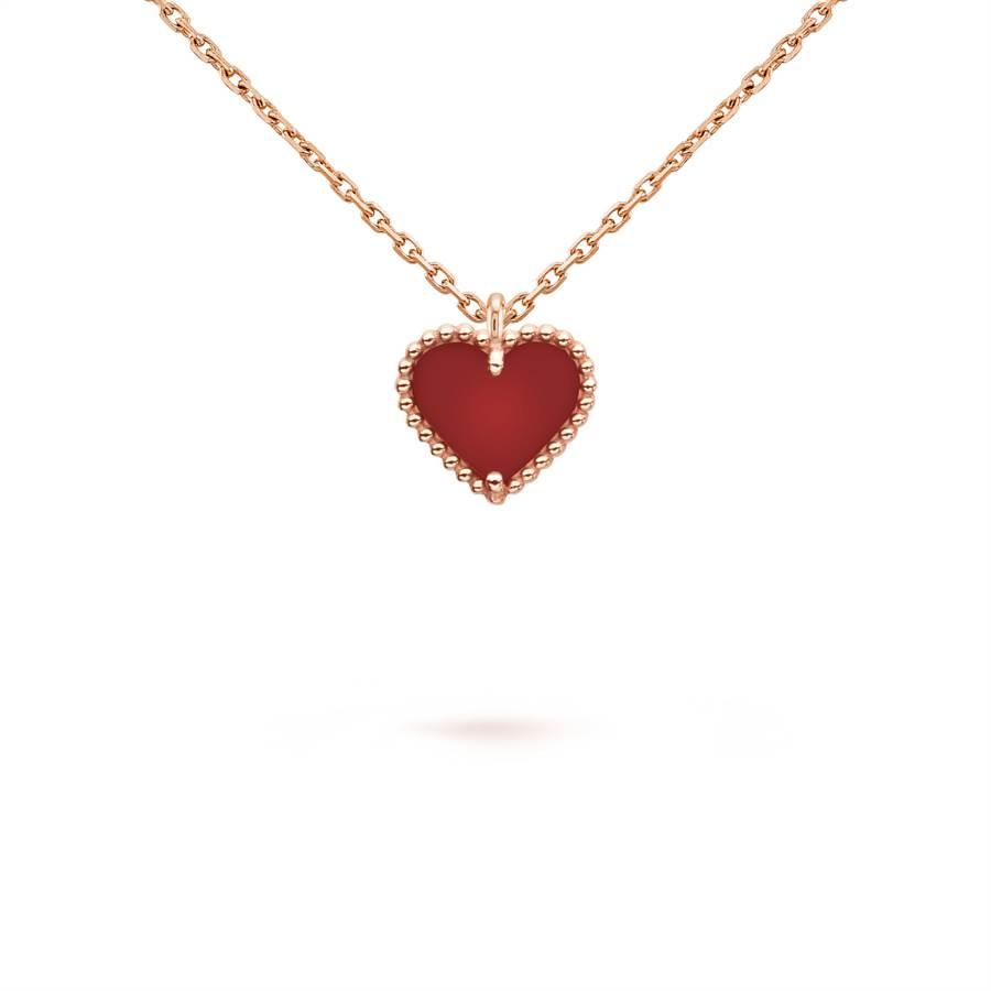 梵克雅寶Sweet Alhambra心形吊墜,玫瑰金、紅玉髓,4萬9000元。(Van Cleef & Arpels提供)