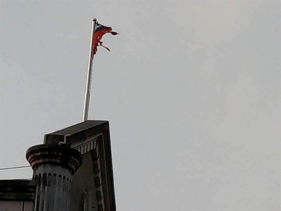 位於潭子的豐原簡易庭中華民國國旗,疑遭雷電擊中,「滿地紅」部分的旗面破碎,任憑風吹雨打更顯淒涼。(民眾提供)