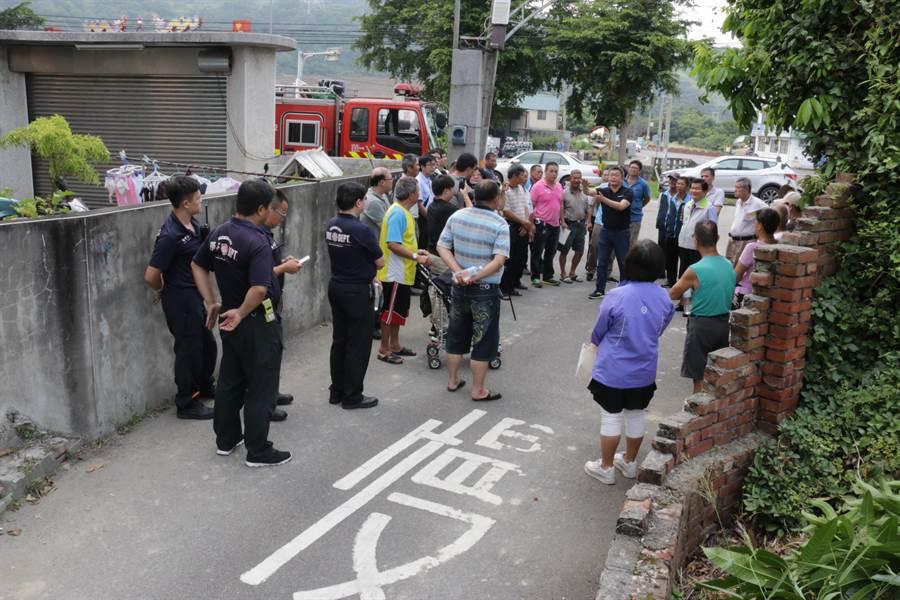 立法院副院長蔡其昌邀集相關單位會勘菁埔社區道路,居民紛紛聚集關心。(王文吉攝)