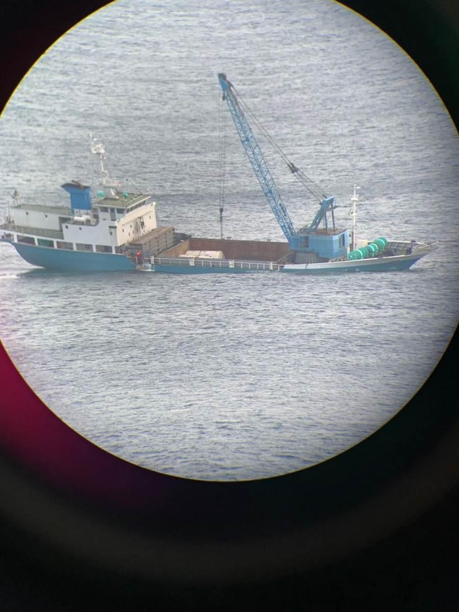 國籍「大川」貨輪2日傍晚在靠泊烏坵北風碼頭準備卸貨時,疑因浪況不佳碰撞消波塊,造成船體破損嚴重進水。(海巡署提供)