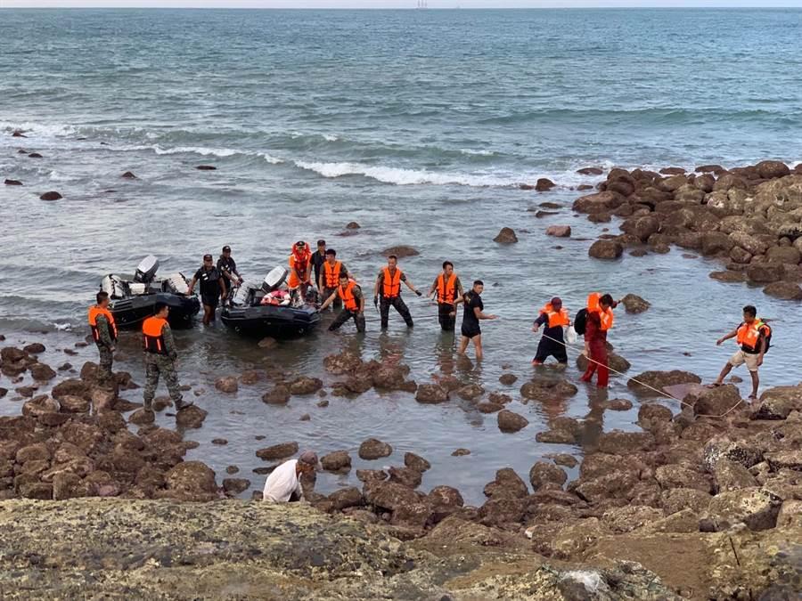 烏坵安檢所及海軍陸戰隊烏坵守備隊共同緊急派遣2艘橡皮艇於惡劣海象將船上13名船員平安接至烏坵島上。(海巡署提供)