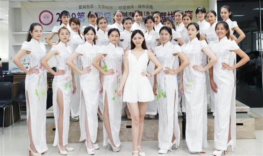 木熙衣(中)與參賽選手。中華全球城市選拔協會提供