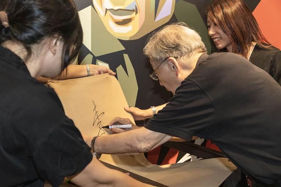 李行在導演椅上簽名留念,並再次強調自己一輩子都是電影的義工。(國影中心提供)