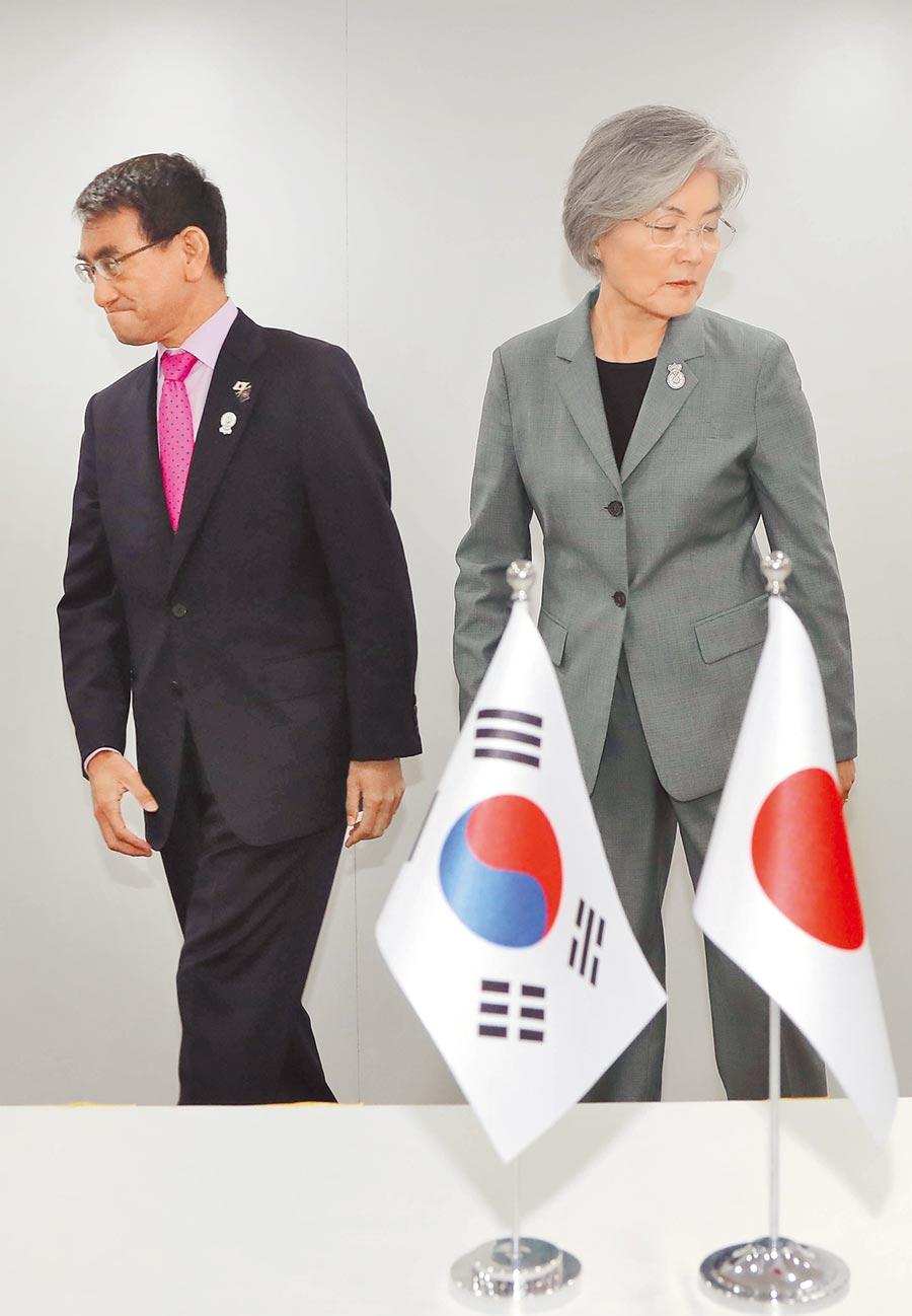 昨天在泰國曼谷舉行的東南亞國家協會外長會議期間,南韓外長康京和(右)於場邊會晤日本外務大臣河野太郎(左)。(法新社)