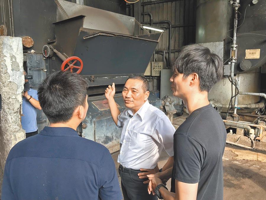 新北年底工業燃煤鍋爐都將汰換成燃氣鍋爐,業者向新北市長侯友宜說明汰換情況。(葉德正翻攝)