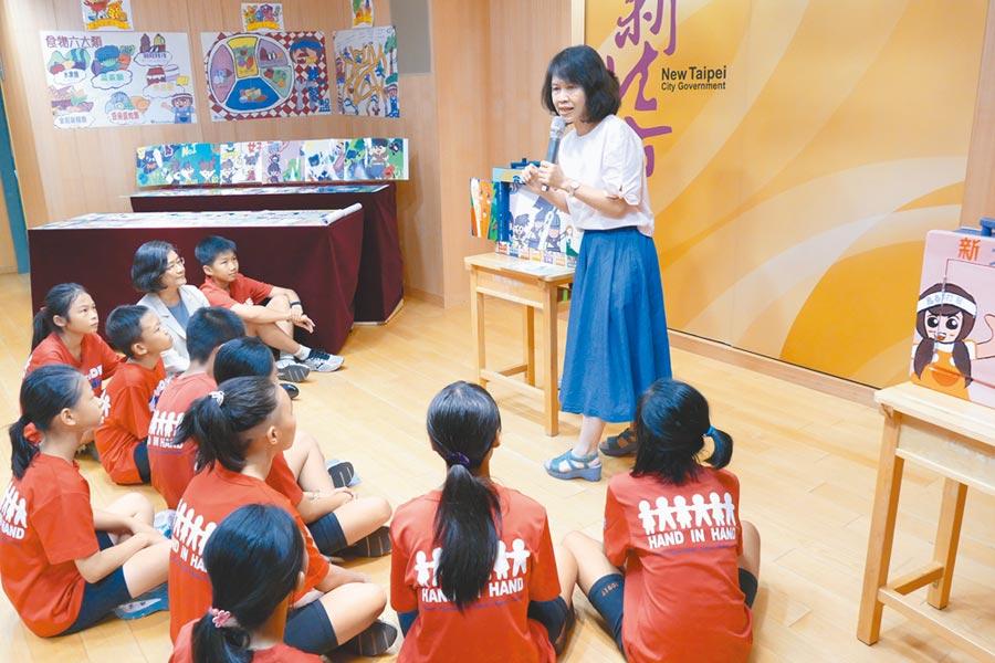 衛生局長陳潤秋與文德國小小朋友一起聽「食安小勇士」故事,未來也將巡迴各校演出。(葉德正攝)