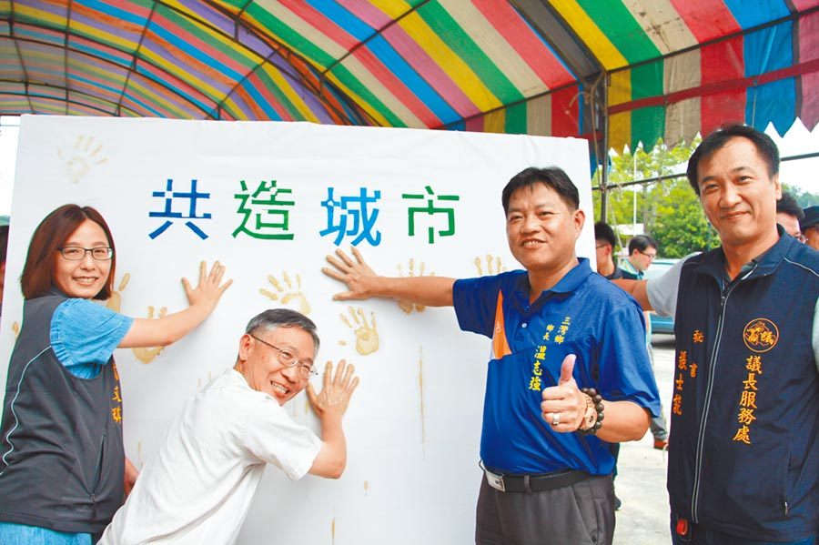 「共造城市─中港溪流域」活動1日蓋手印啟動,盼藉以喚起民眾的在地認同感。(何冠嫻攝)