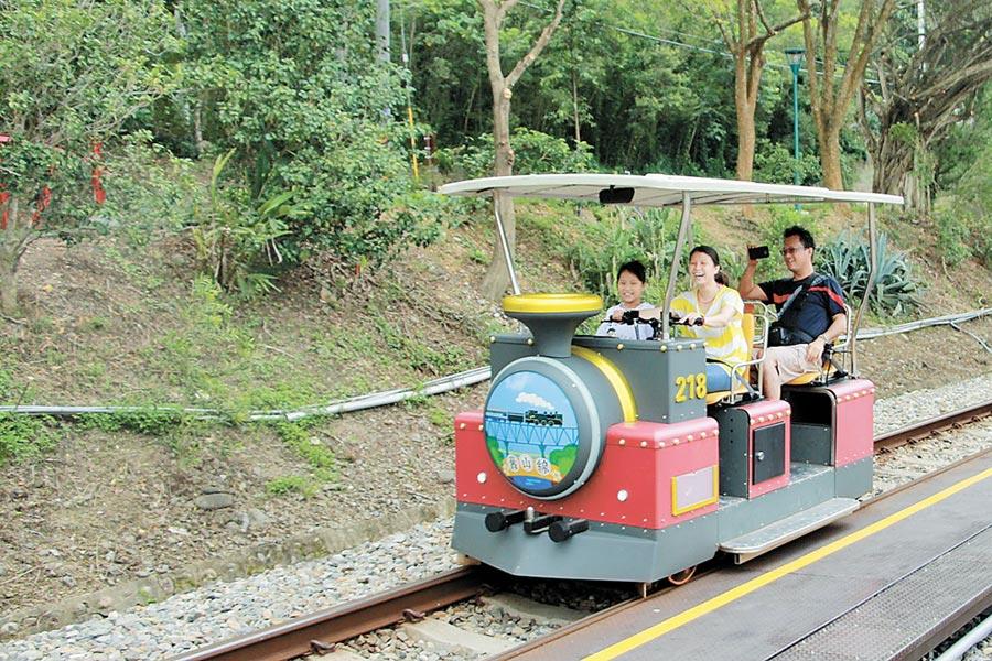 鐵道自行車營運以來風靡全台,今年暑假加開班次,讓遊客欣賞沿線明媚風光。(何冠嫻攝)