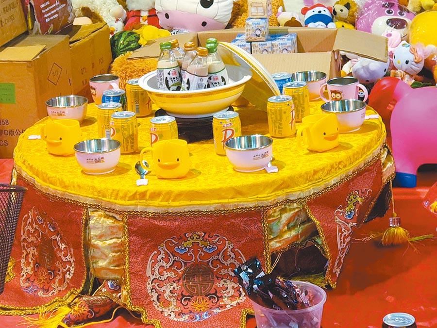 大台中環保市集連續3年為來不及長大的孩子擺出矮桌特區「囡仔普」,矮桌特區裏貼心準備小朋友喜歡的玩偶,牛奶和八寶粥。(馮惠宜攝)