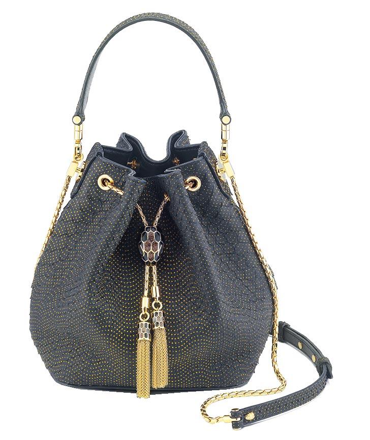 寶格麗全台首家全新概念店獨家限量Serpenti Forever黑金色蟒蛇皮水桶包,15萬9500元。(BVLGARI提供)