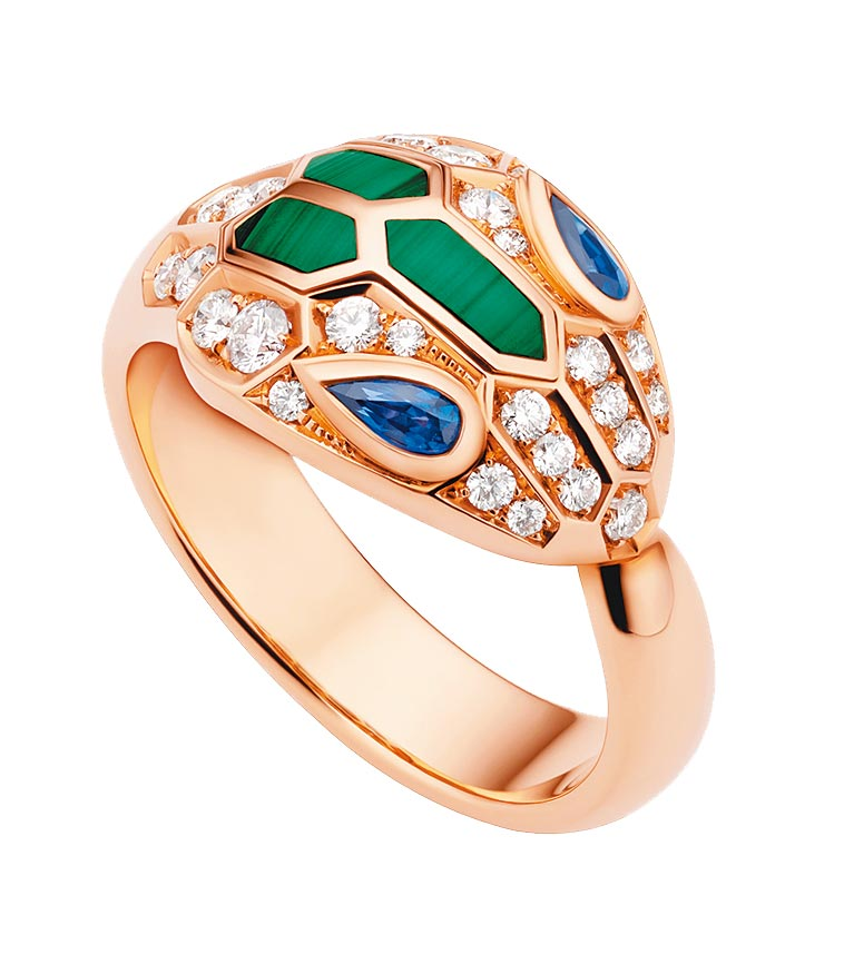 寶格麗SERPENTI EYES ON ME孔雀石與藍寶石鑽石戒指,26萬9300元。(BVLGARI提供)