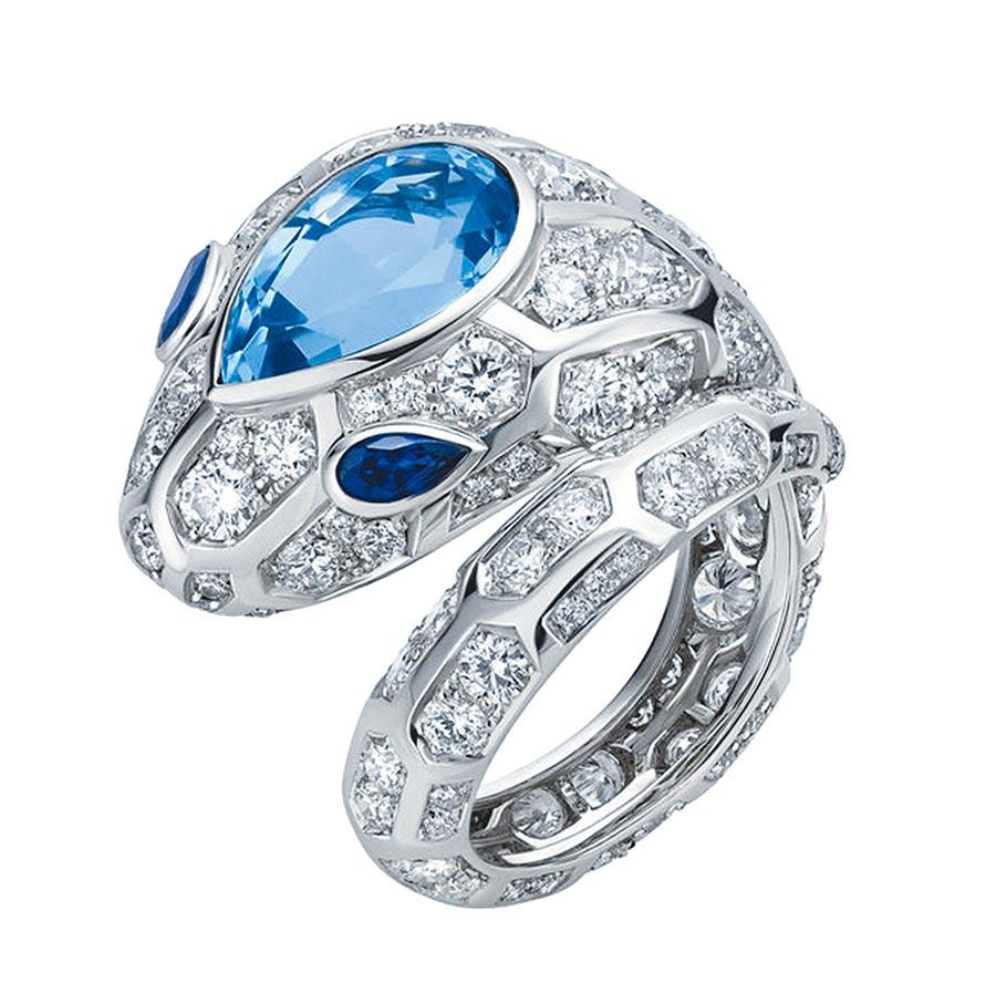 寶格麗Serpenti系列頂級海水藍寶石與鑽石戒指,約185萬元。(BVLGARI提供)