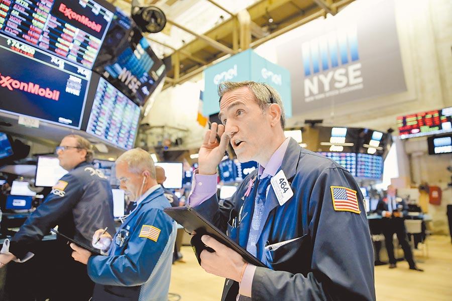 7月31日,紐約股市三大股指下跌,圖為交易員在美國紐約證券交易所工作。(新華社)