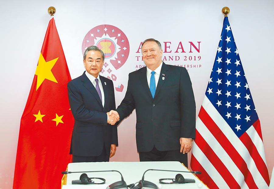 8月1日,大陸國務委員兼外交部長王毅(左)在泰國曼谷會見美國國務卿蓬佩奧。(新華社)