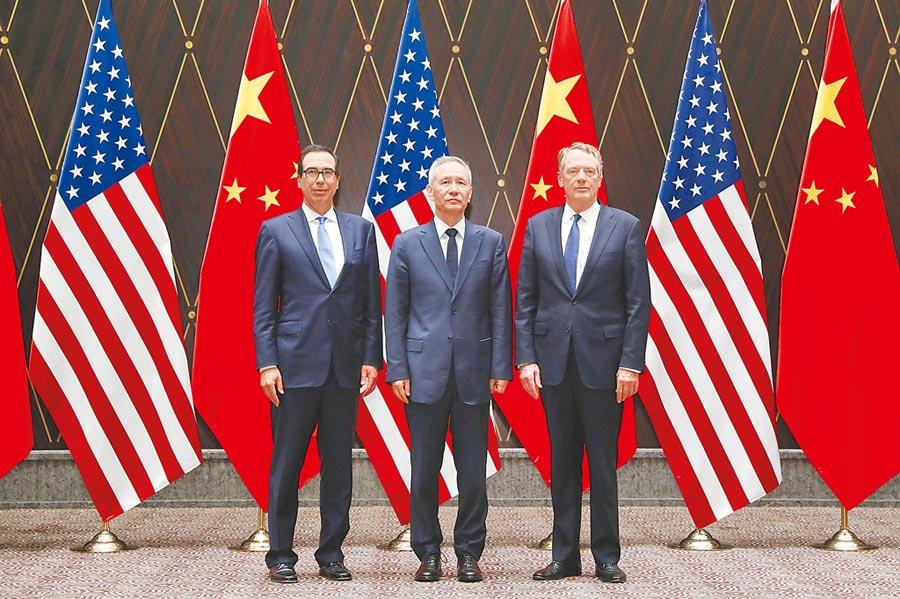 大陸國務院副總理劉鶴(中)與美國貿易代表萊特希澤(右)、財政部長努欽(左)日前在上海舉行第十二輪中美經貿高級別磋商。(新華社)