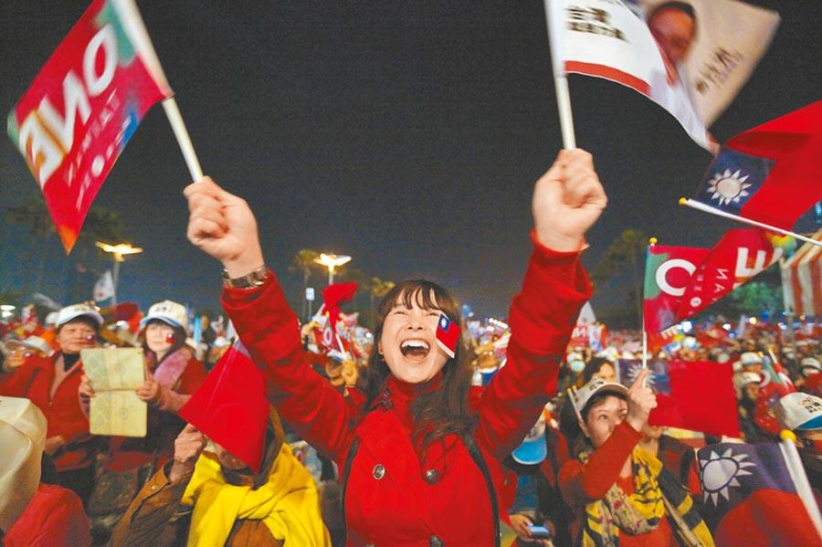 《紐時》報導大陸暫停自由行此舉,似避免陸客接觸台灣選舉。圖為2016總統大選民眾賣力支持候選人。(本報系資料照片)