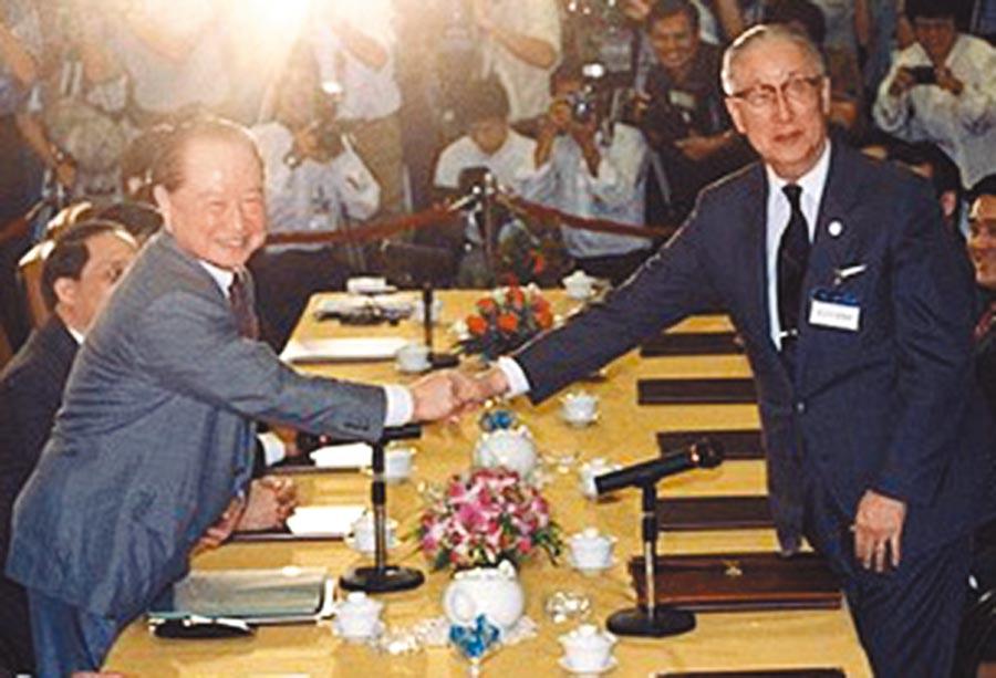 1993年4月,時任海基會董事長辜振甫(右)與時任大陸海協會會長汪道涵在新加坡舉行辜汪會談。(本報系資料照片)
