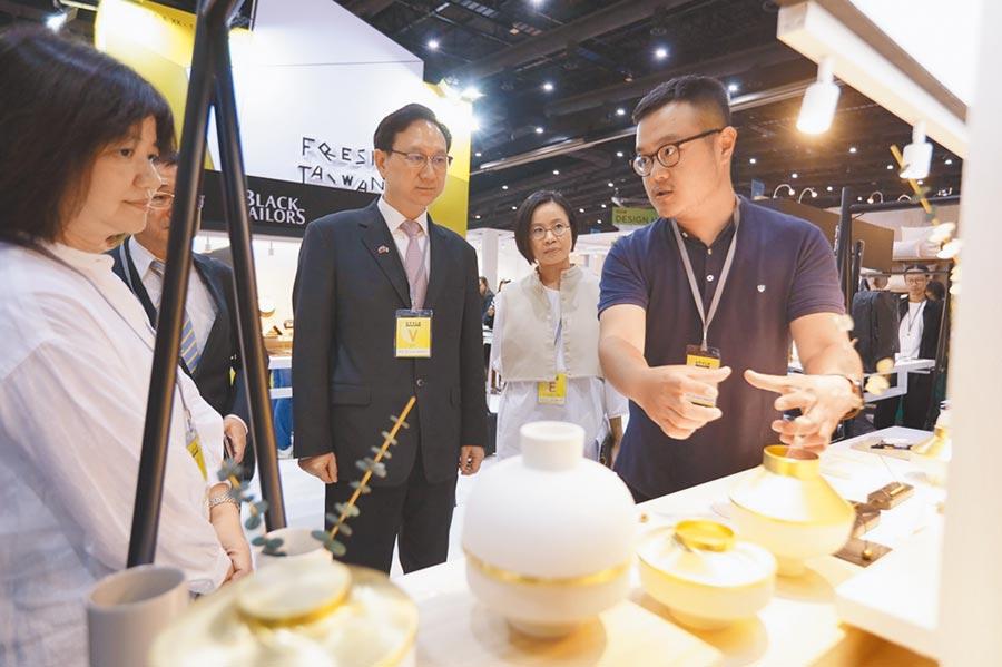 Fresh Taiwan已連續8年帶文創業者參與國際設計展會。圖為業者在介紹商品。(取自Fresh Taiwan官網)