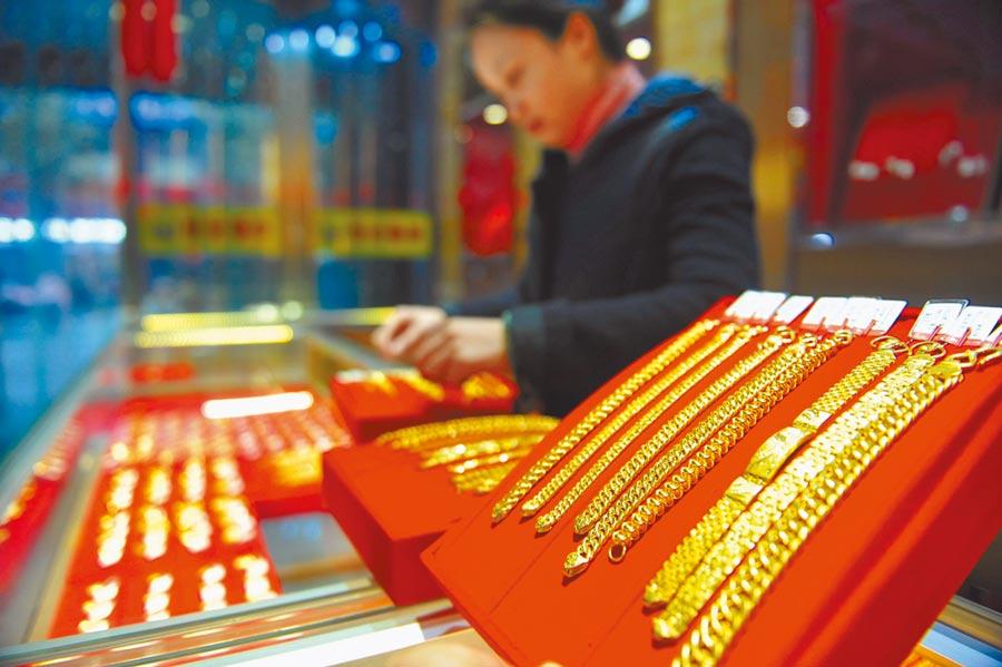 浙江一家金店的店員在整理黃金飾品。(新華社資料照片)