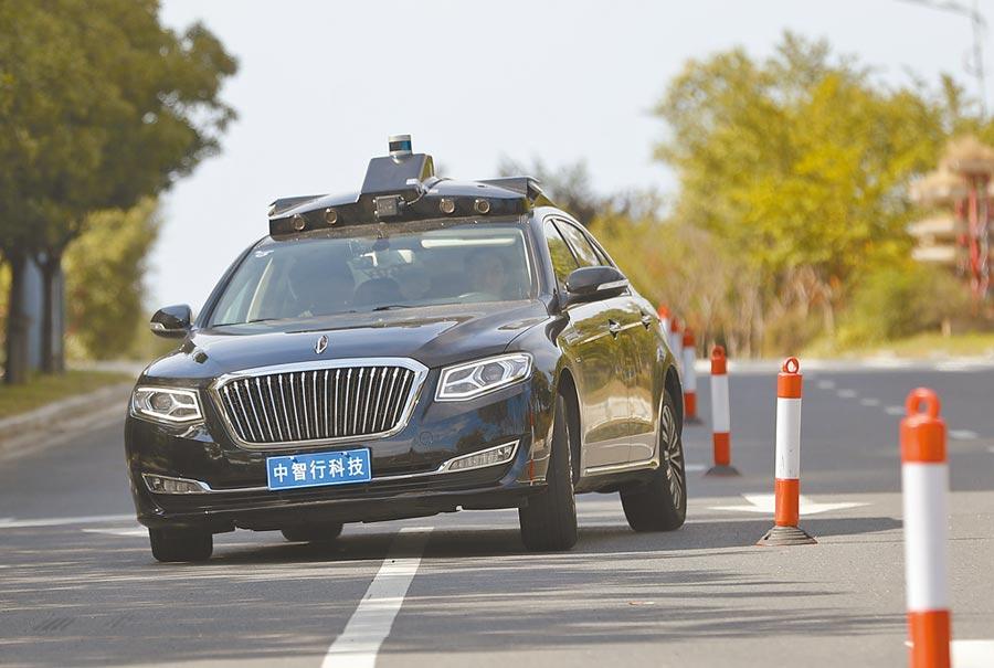 8月1日,中智行科技有限公司正在研發的L4級別無人駕駛亮相,讓媒體體驗5G+AI的全新出行服務,車輛由紅旗H7插電式新能源汽車改裝而來。(中新社)