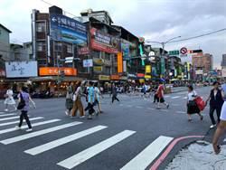 中和環球購物中心路口  周休試辦行人專用通行時間