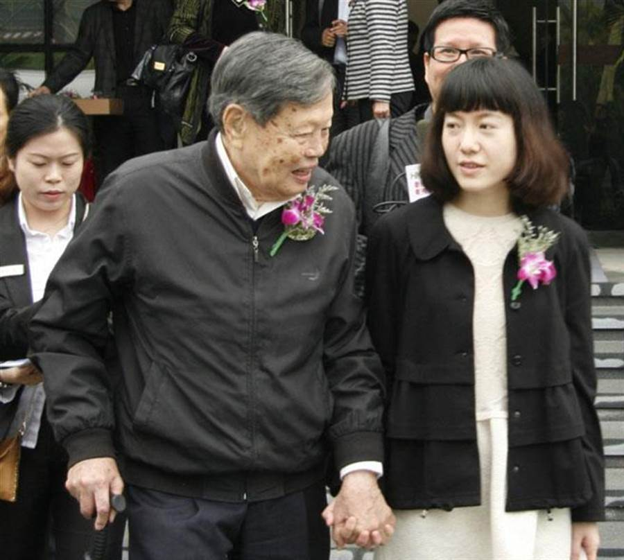 2014年,楊振寧和小54歲的妻子翁帆攜手參加活動。(中新社)