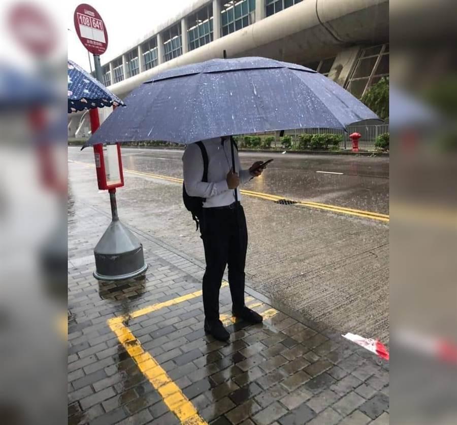男撐「行動涼亭」擋雨 網笑到併軌(圖/翻攝自臉書《爆廢公社》)