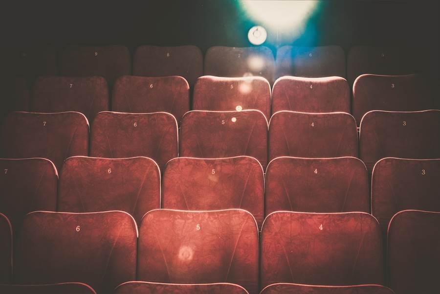 據民俗專家的說法,電影院裡的陀地位易招陰。(達志影像)