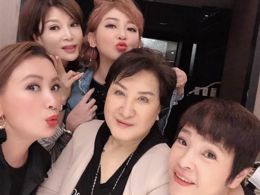 陳亞蘭(左起)和蔡秋鳳、王彩樺、楊麗花、紀麗如等好友們合影。取自臉書
