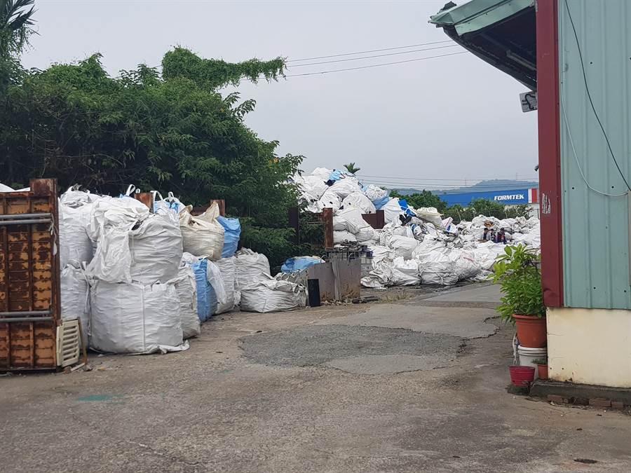 大量廢棄物堆放在廠區內。(張亦惠翻攝)