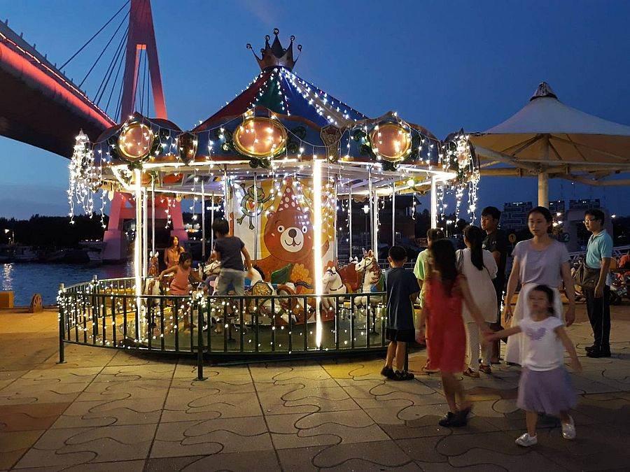 淡水漁人碼頭水陸主題樂園休閒體驗遊樂設施-旋轉木馬。(圖取自新北市漁業處官網)